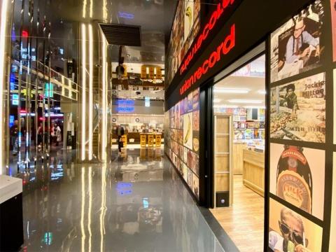 「食・音楽・カルチャー」をコンセプトに、飲食店と物販店が混在した食のゾーン「カオスキッチン」。天井と床の鏡面素材に店舗が映り込み、個性と多様さを増幅させながら広がっていくようなカオスな空間が登場