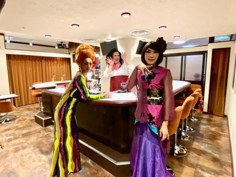 新宿2丁目発のゲイカルチャーバー「キャンピーバー」は商業施設初出店。女装ウエートレスや個性的なキャラのスタッフたちが優しく出迎えてくれ、一緒に場を盛り上げてくれる。営業時間は18時~翌日5時まで