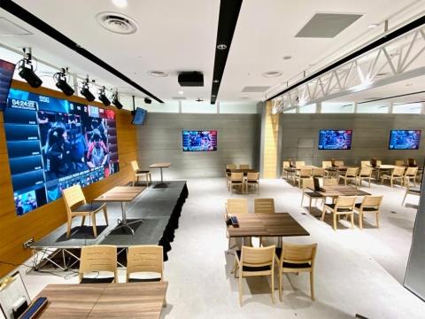 「GG SHIBUYA mobile e sports cafe & bar(ジージーシブヤ モバイル イー スポーツ カフェ アンドバー)は、日本初のモバイルeスポーツを中心としたパブリックビューイングカフェ&バー。海外での世界大会を同時に体験できるオールナイトビューイング企画も