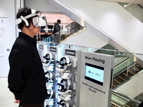VRコンテンツアワードでパルコ賞を受賞したVR空間デザイナー、Discont氏によるデジタルインスタレーション作品を5階吹き抜け空間に常設展示。水槽に見立てた空間が、体験者のインタラクションによって変化していく架空のシミュレーターをイメージ
