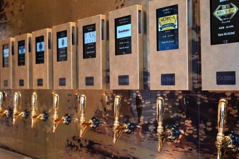 タイトーが東京・銀座にオープンした「EXBAR TOKYO」。壁にはビールサーバーがずらりと並ぶ