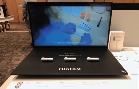 グッドデザイン大賞の展示会場では、モニターで診断キットを使った検査方法の映像を流すなど、結核迅速診断キットの使い方が分かるようにした