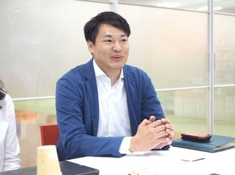カルビー研究開発本部開発3部の木村桂太氏。開発中は玄米茶やとうもろこし茶を飲むことで穀物の香りに関してのインスピレーションを得ていたという