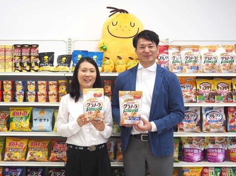 村上氏(写真左)と木村氏。村上氏によれば、フルグラが甘いと感じている人は「グラノーラ」を混ぜて甘さを抑えたり、サラダに加えて腹持ちをよくしたりするなど、個人のニーズに合うような多様な食べ方を提案しているという