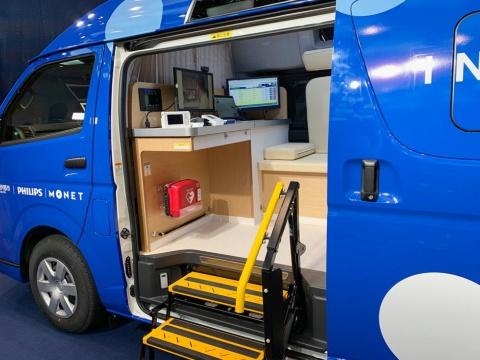 スライドドアや乗降ステップを備える。オンライン診療に使うディスプレーもある
