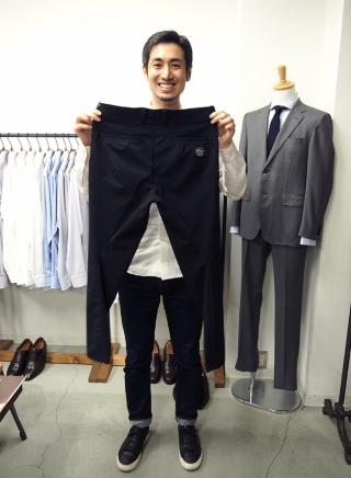 山田敏夫氏は1982年に熊本の老舗洋品店に生まれた。2012年にライフスタイルアクセントを設立し、ファクトリエをスタートした。自ら全国の優れた技術力のある工場を訪ね回っている