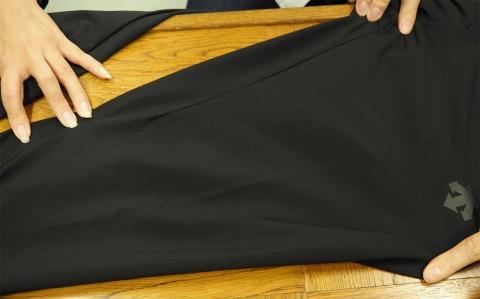 一般のパンツとは縫製のパターンが全く異なる。伸縮性のある素材をこのパターンで縫製するには高い技術が必要になる