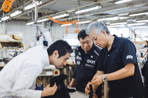 山田氏自らデサントアパレル村岡工場を訪れ、製品開発に当たった(提供/ファクトリエ)