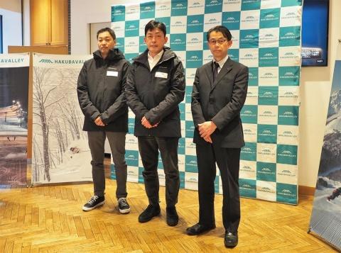 写真左から白馬村観光局の福島洋次郎事務局長、HAKUBAVALLEY TOURISMの高梨光代表理事、長野県観光部山岳高原観光課長の塩原一正氏