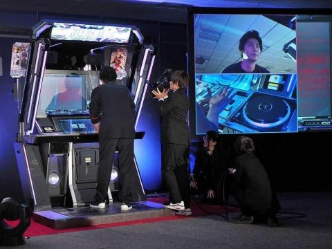 お披露目されたbeatmania IIDX LIGHTNING MODELで速水がデモプレーを披露