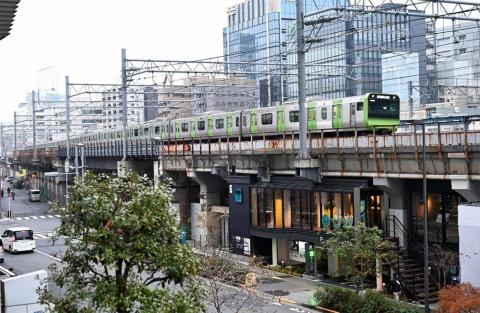 真上をJR山手線が走る「UNDER RAILWAY HOTEL AKIHABARA」。1階は時間貸し駐車場。右手の階段を上がった2階にホテルと一般利用可能なカフェがある