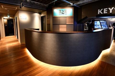 ホテルのフロント。右手は宿泊者以外も利用できる「KEY'S CAFE 秋葉原 SEEKBASE店」。左手奥が客室エリアへの入り口