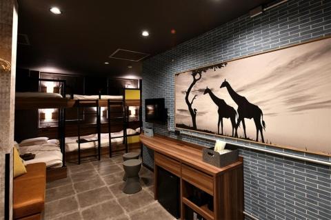 2段ベッドで効率よくスペースを使う。壁の絵も部屋を引き立てる