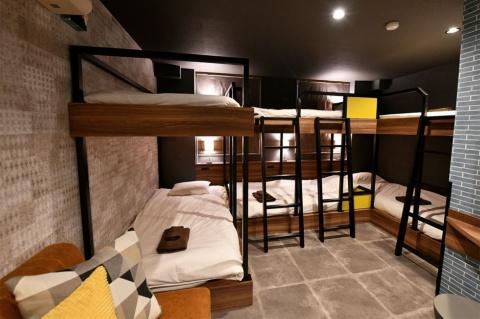 ベッドを6台入れた大人数部屋。この部屋面積だと最大7人まで宿泊可能とのこと
