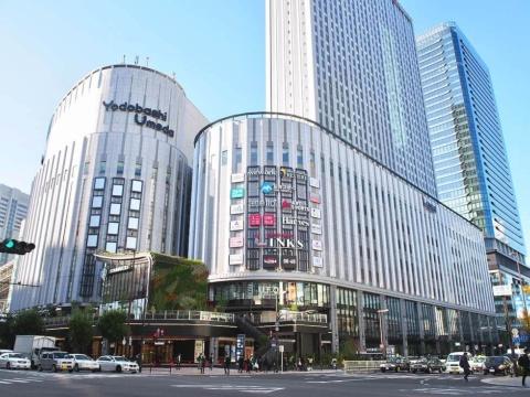 ヨドバシホールディングスが手掛ける初の複合商業施設「リンクス梅田」は2019年11月16日に開業。初年度の来館者目標は隣接する「ヨドバシカメラマルチメディア梅田」と合わせて約7700万人。2階の歩行者専用デッキは将来的にグランフロント大阪や阪急大阪梅田駅などともつながる