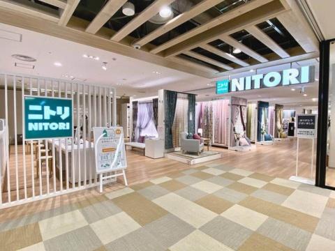 梅田初出店の「ニトリ」は売り場面積約2600平方メートルで、新宿店と同じ規模。インテリアのアドバイザーが3Dシミュレーターを使ってトータルコーディネートを提案するサービスも西日本で初めて導入