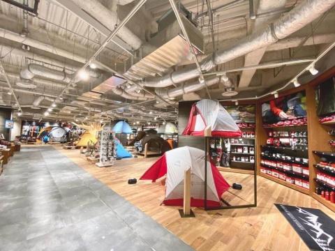 「石井スポーツ」はアウトドアとスキーの新業態を展開。ファミリー客をターゲットに、オートキャンプコーナーも充実している
