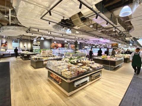 近鉄沿線を中心に展開する近商ストアの食品スーパー「ハーベス」は梅田初登場。梅田エリアでトップクラスの弁当・総菜数を目指す。22席のイートインスペースも併設されている