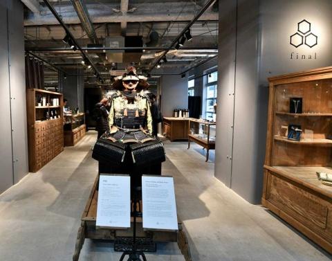 店頭の鎧兜(よろいかぶと)が目を引くS'NEXT(エスネクスト、川崎市)のイヤホン・ヘッドホンブランド「final」(ファイナル)の直営店