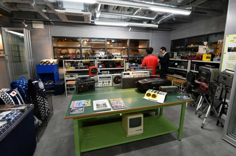 イベントスペースで開催されているラジカセとカセットテープの販売。家電蒐集家の松崎順一氏が集め、修理したヴィンテージものから新品までズラリと並ぶ