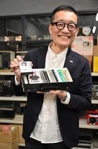 「もともとアキバ小僧」を自負する松崎順一氏。「小学校時代から半世紀、アキバに通っている」という筋金入りの家電マニア。「僕、カセット大好き(笑)」と手にしたのはお気に入りの太田裕美さんのカセット