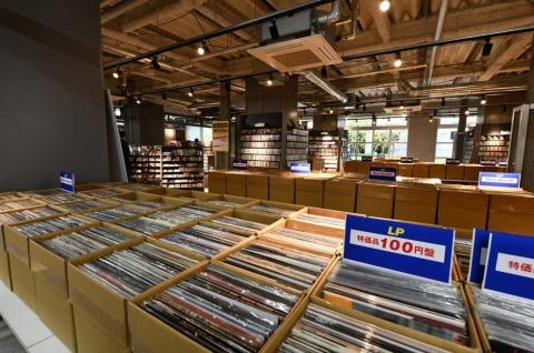 大量の中古レコード・CDでいっぱいの「レコファン秋葉原バザール」。忘れていた青春の記憶がよみがえる。ジャケ買いも楽しい