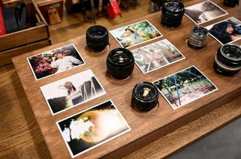 """オールドレンズを使うとフレアやゴースト、四隅の光量落ちなどが出やすい。デジタル化で誰もがきれいな写真を撮れる時代だからこそ、通常はNGとされるこうした現象を""""味""""として楽しむ人たちが増えている"""