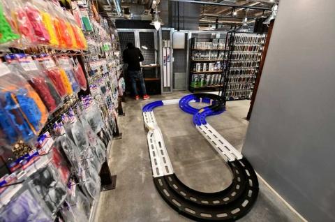 プラモデルのキットやカスタマイズ用のパーツが所狭しと並ぶ「ハビコロ玩具すけるとん」。ミニ四駆の試走もできる