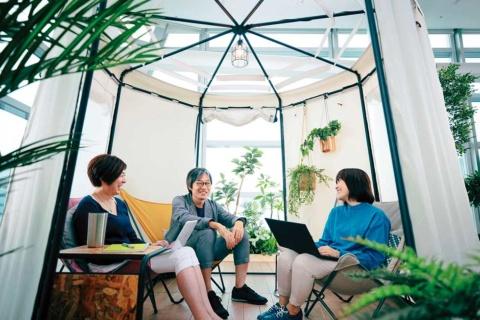 オフィス内でアウトドア感覚のワークスペースを構築できるコクヨ「inGREEN」(写真提供/コクヨ)