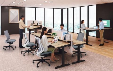 デスク天板の昇降と傾斜角度を調整できる電動昇降テーブル、コクヨ「SEQUENCE-TILT」(写真提供/コクヨ)