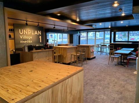 「UNPLAN Village Hakuba」の1階は受付やカフェスペースなどを設置。スタッフや宿泊客同士がコミュニケーションを楽しむ場にもなっている