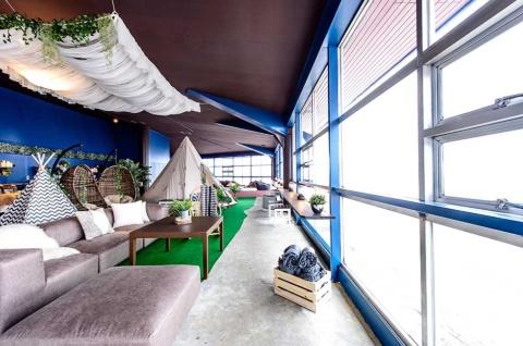 山の中腹にある「HAKUBA S-CLASS」のメインラウンジは倉庫だった場所を改装。約50人収容でき、こたつのあるスペースやソファ、カウンターなどで休息できる。大きな窓があり、雪山を眺めながら過ごせる。子供が遊べる場所もあり、ファミリーにはありがたい施設だ