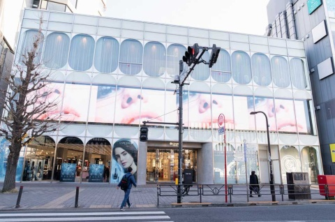 「@cosme TOKYO」外観。JR原宿駅を出ると大きなサイネージが目に飛び込んでくる。横幅約30メートル、縦約3.5メートルもある