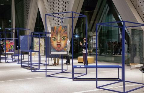 東京都現代美術館1階のメインエントランスホールでの展示の様子(写真/丸毛 透)