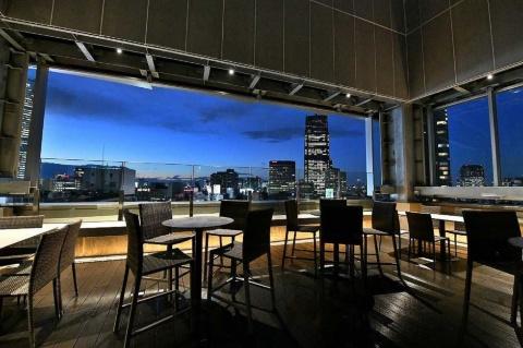 世界的インテリアデザイナーの森田恭通氏がデザインした最上階にあるレストラン&バー「BALCÓN TOKYO」は開放的なテラス席が特徴。テラス席は見上げると吹き抜けで東京の空が広がっている。オープンエアのダイニング空間としては六本木一の高さだという