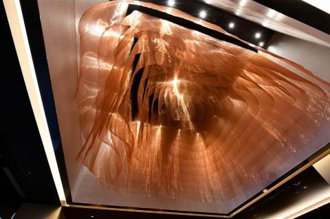 ロビーの2層吹き抜けにつるされた森山氏のファブリックアート
