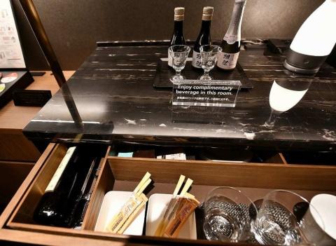 ジュニアスイートキングなどの部屋では日本酒「獺祭(だっさい)」やワイン、ビールなどが無料で楽しめるサービスも