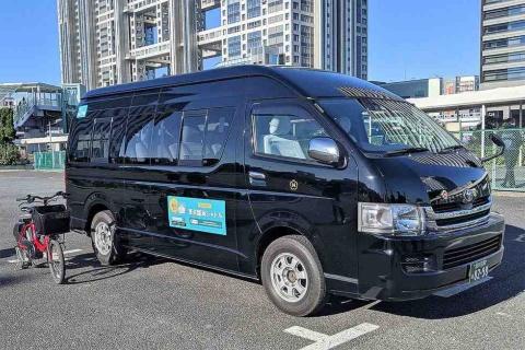 お台場エリアを回遊する東京臨海シャトルは8人乗り。予約状況が分かるよう、運転席にはタブレットを設置してある