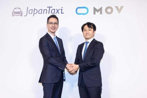 おそろいのネクタイでがっちり握手を交わす日本交通の川鍋一朗会長(左)とDeNAの中島宏オートモーティブ事業本部長(写真提供/JapanTaxi)