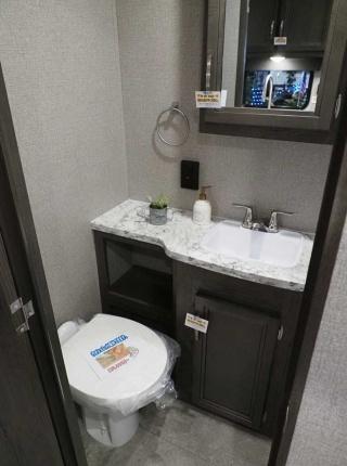 Jay Flight SLX 202QBWのトイレと洗面所。右手の見えない側には立派なシャワーブースがある