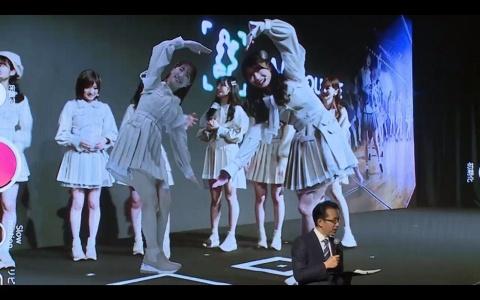 「AR SQUARE」を体験するAKB48のメンバー。ARフィギュア化されたアイドルやスポーツ選手などと、スマートフォンを通じて一緒に撮影し、SNSに投稿することもできる