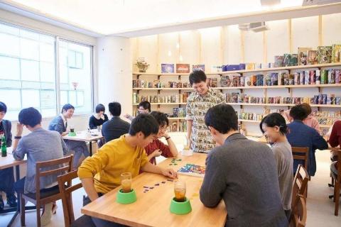 20~30代の若者がボードゲームで盛り上がる「JELLY JELLY CAFE」の店内