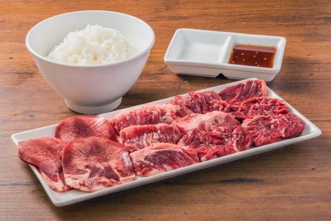 「牛タン&熟成生カルビ& 生ハラミ200g+ライス」(990円)。以前はスープとキムチとセットにして1480円で販売していた