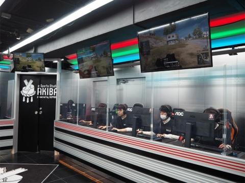 ソフマップ店内のeスポーツ専用スペース「eSports Studio AKIBA」でレノボ・ジャパンとソフマップの社内eスポーツ部が練習試合を行った