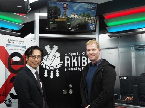 レノボ・ジャパンのデビット・ベネット社長(右)とソフマップの渡辺武志社長