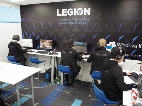 秋葉原UDXにあるレノボ・ジャパン本社の一角に、ゲーミングPCを並べたコーナーがある。ここがeスポーツ部の拠点。合同練習試合に際し、部員の大半はここからeSports Studio AKIBAのソフマップチームと戦っていた