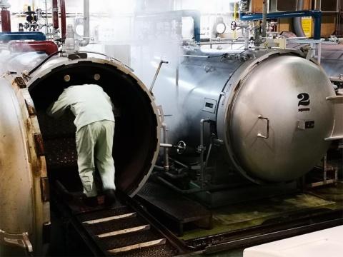 やきとり缶詰は120度の蒸気で30分ほど加熱殺菌している。保存料や防腐剤は使われていない