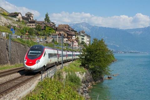 ジュネーブ湖のほとりを走るSBBの国際特急列車、ユーロシティETR 610(写真提供/SBB)