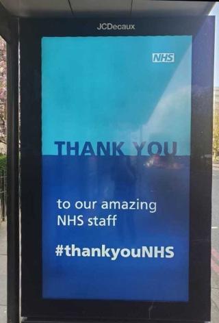 街のバス停にも、NHSへの感謝が……