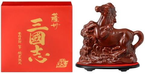 「薩州 三國志」は三國志のロゴ入り化粧箱と、赤兎馬をイメージしたとっくりを採用した限定品